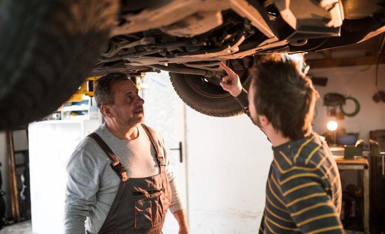 Mekaniker som pratar med bilägare