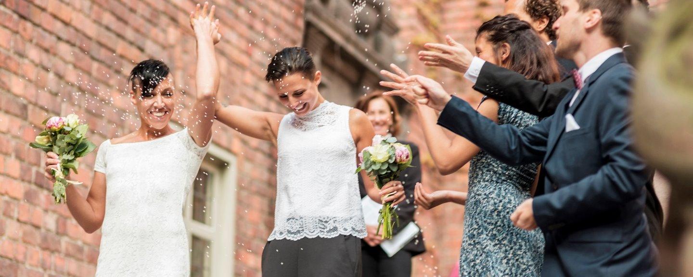 Nygifta i konfettiregn
