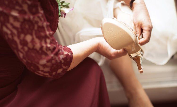 Brud tar på bröllopssko