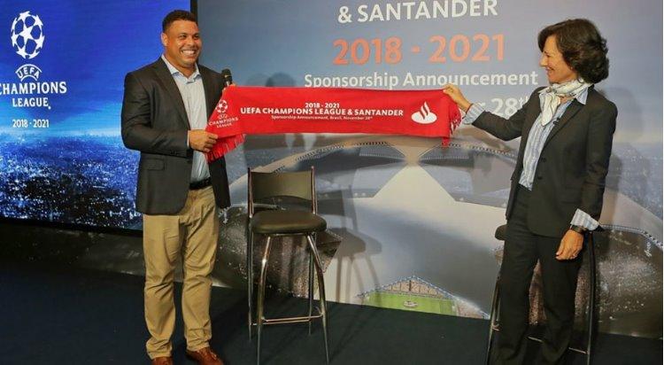 Ana Botín, Styrelseordförande, Banco Santander håller upp röd flagga med texten: UEFA Champions League & Santander 2018–2021