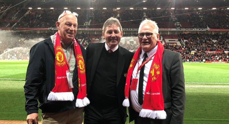 "Matz ""Kolis"" Pettersson, Bryan Robson och Nisse Larsson på pitch side."