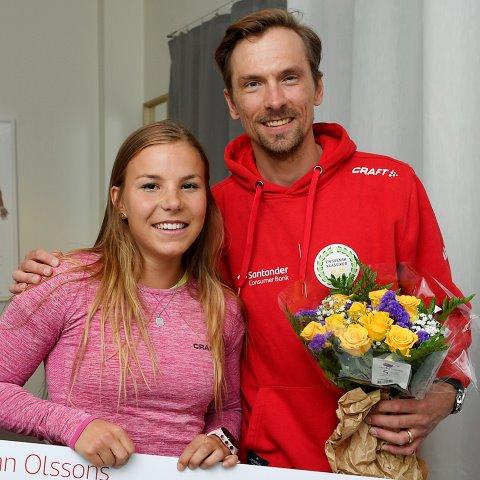 Johanna Hagström tar emot pris av Johan Olsson