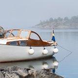 Förtöjd motorbåt i Stockholms skärgård