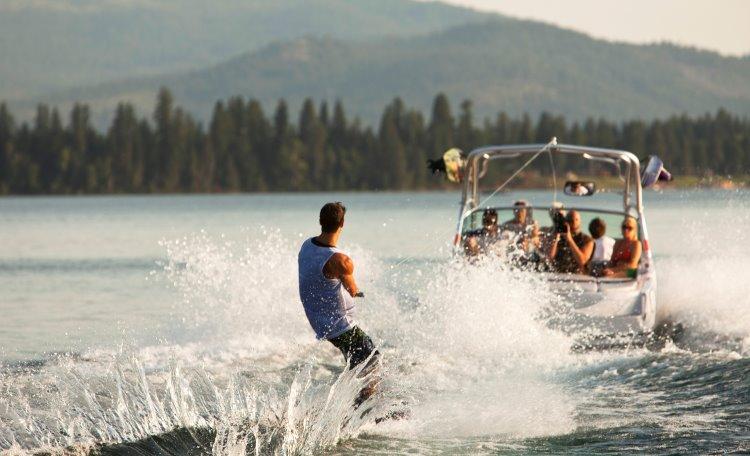 Man åker vattenskidor efter motorbåt